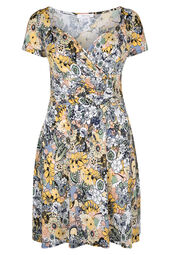 Mit Blumen bedrucktes Kleid aus kühlem Material