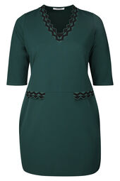 Kleid in entspannter Passform mit Streifen in Wellenform